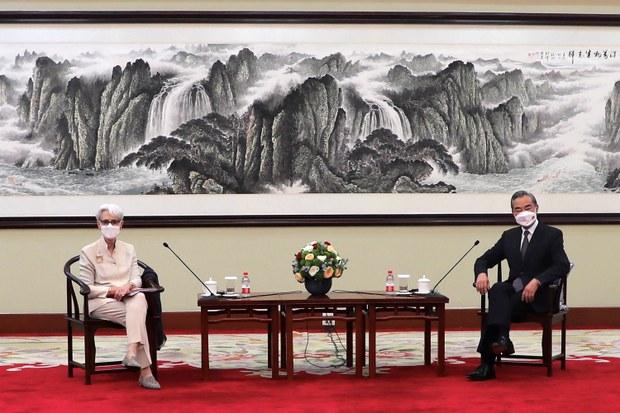 美国副国务卿舍曼(Wendy Sherman)26日在天津与中国国务委员兼外长王毅会面。(AP)
