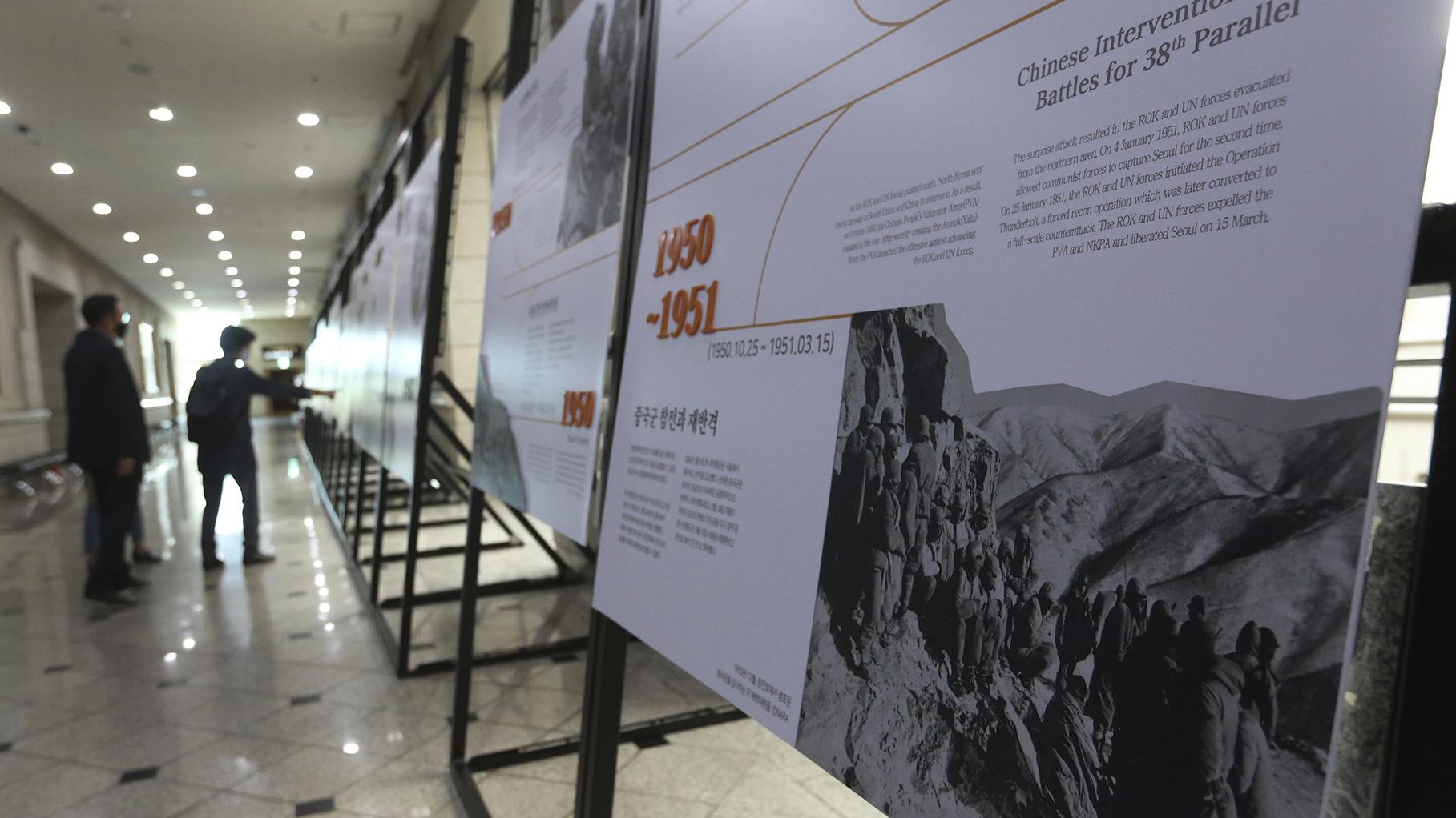 韩国朝鲜战争博物馆里展示的美军俘虏中国军人的照片。(美联社)