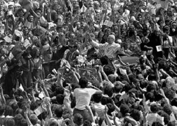 约翰·保罗二世于1979年以教皇身分首次造访波兰,获得上百万人欢迎。(维基百科)