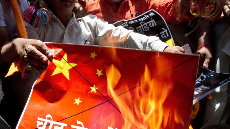 中印边境对峙引发印度国内不满,印度民众焚烧中国国旗以示抗议。(AFP)