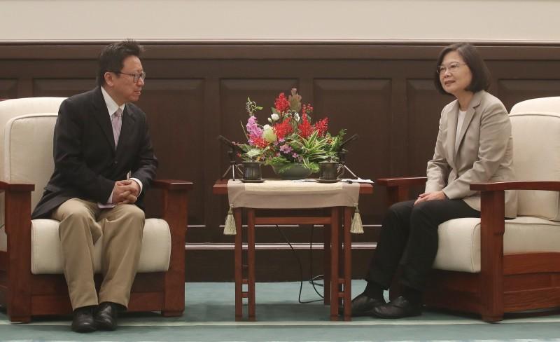 台湾的总统蔡英文(右)会见民运人士陈破空。(陈破空提供)