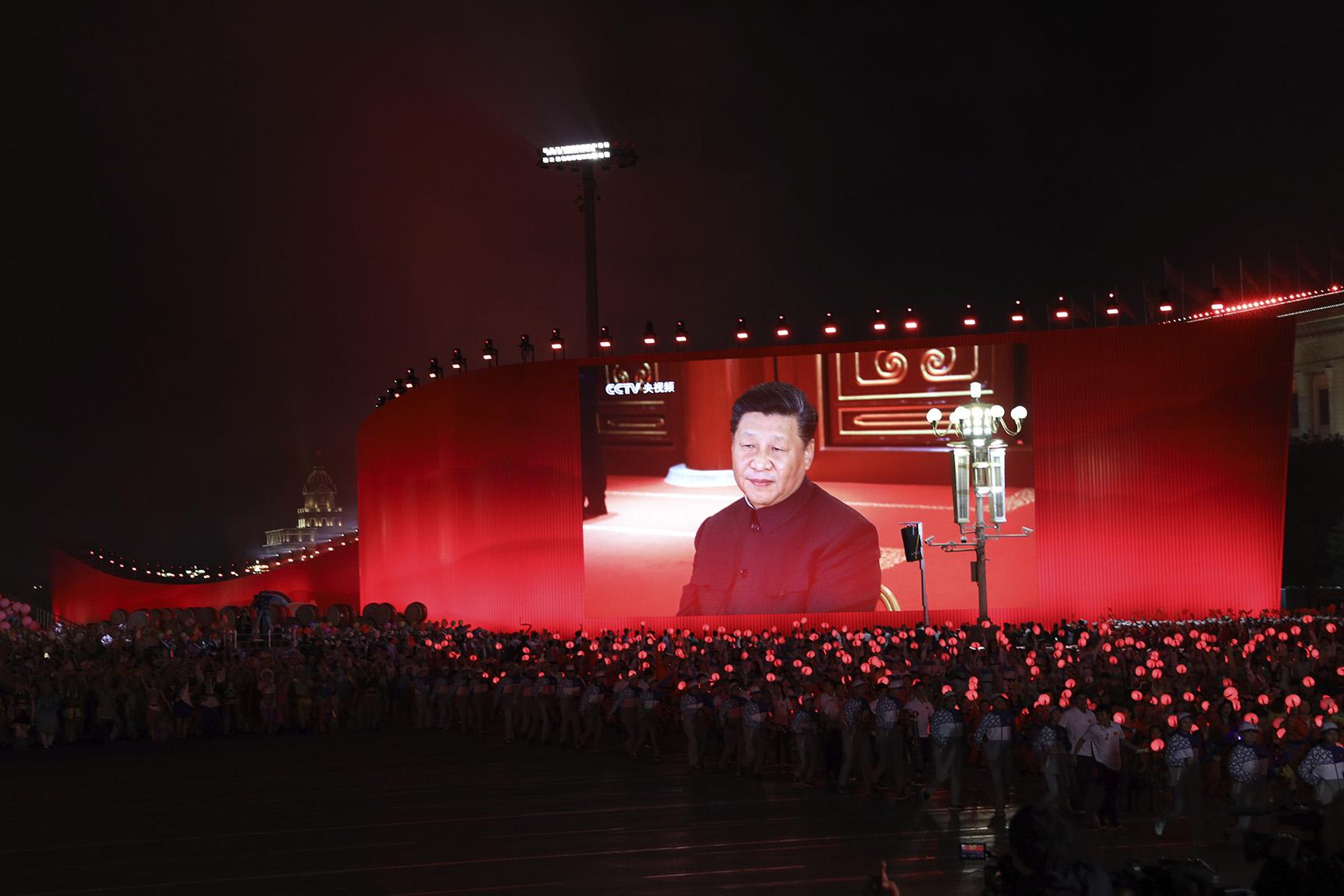 庆祝中国国庆70周年的活动上展示的习近平大型头像。(美联社)