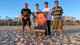 界立建等人在洛杉磯聖莫尼卡海灘邊追思劉曉波先生。(界立建提供)