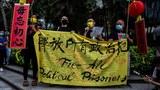 2021 年 7 月 1 日,在庆祝香港从英国移交 24 周年的升旗仪式附近,民主人士在香港抗议期间发表讲话。