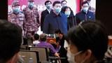 2020年6月7日,記者在屏幕旁,屏幕上顯示習近平通過視頻在湖北省武漢火神山醫院指揮中心與患者和醫務人員進行視頻對話,然後由國務院新聞辦公室發佈《抗擊新冠肺炎疫情的中國行動》白皮書並舉行新聞發佈會。