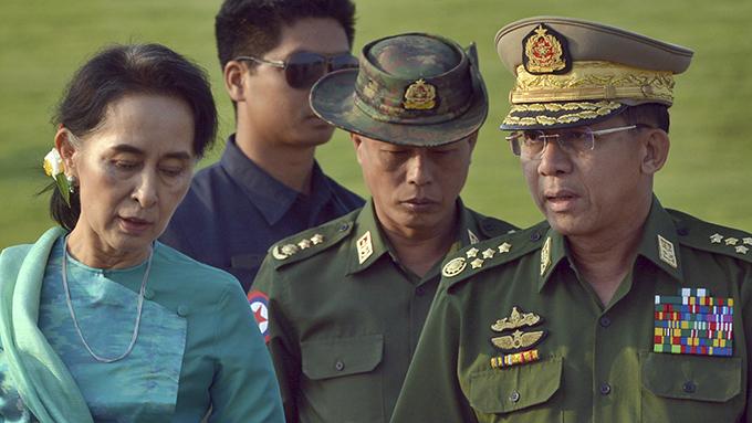 缅甸国务资政昂山素季(左)与两名军方将领(美联社)