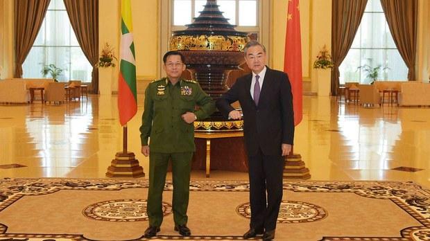 2021年1月12日,缅甸国防军总司令敏昂莱与中国外交部长王毅在内比都会面。(AP)
