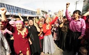 75新疆事件发生后,维吾尔人抗议。(法新社资料图片)