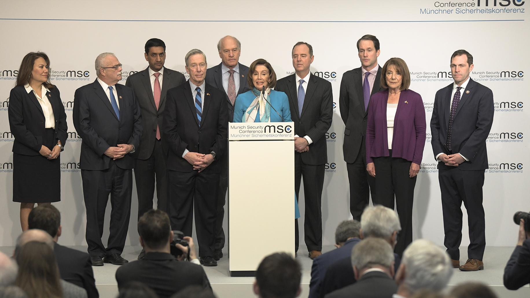 2020年2月16日,美国国会众议院议长南希·佩罗西(中)与其他慕尼黑安全会议与会者召开记者会。(美联社)
