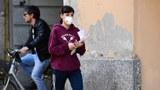 2020年3月11日,一名意大利民衆戴着口罩走在大街上。(法新社)