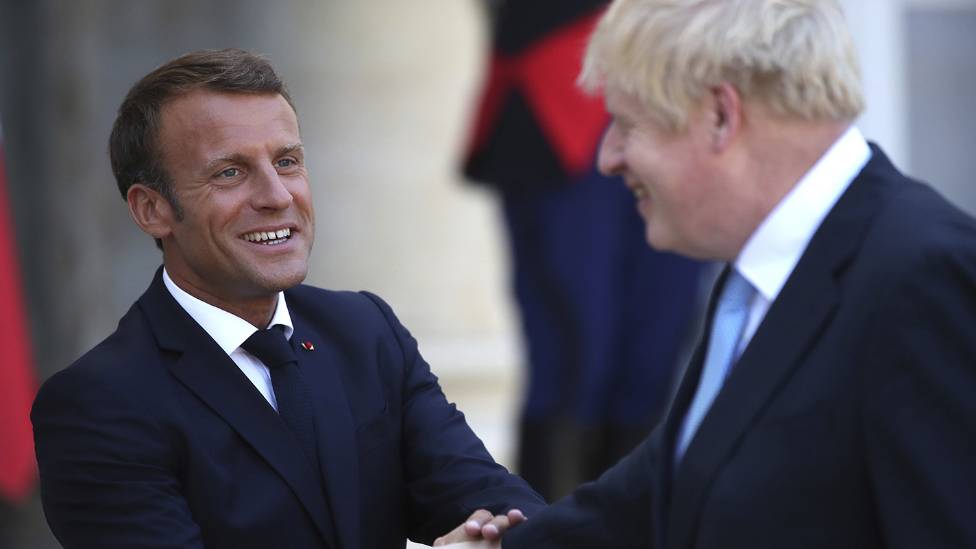 英国首相约翰逊(右)和法国总统马克龙握手。(美联社)