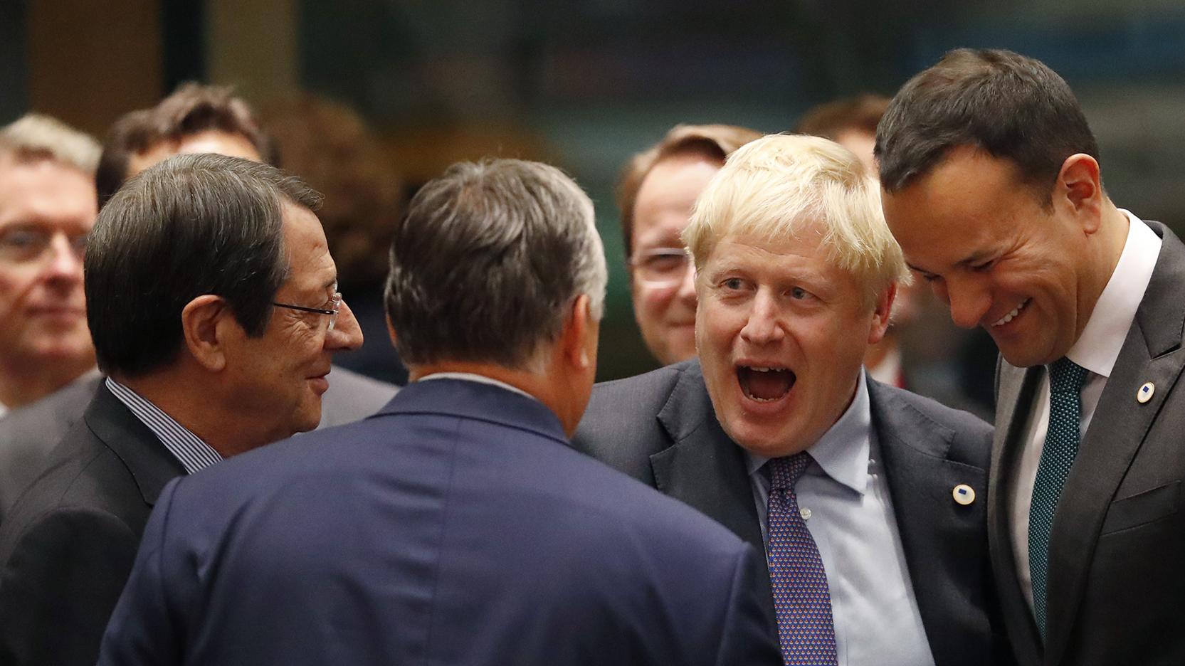 欧洲联盟(EU)与英国在2019年10月17日就英国脱离欧盟达成新协议。右二为英国首相约翰逊在向人致意。(美联社)