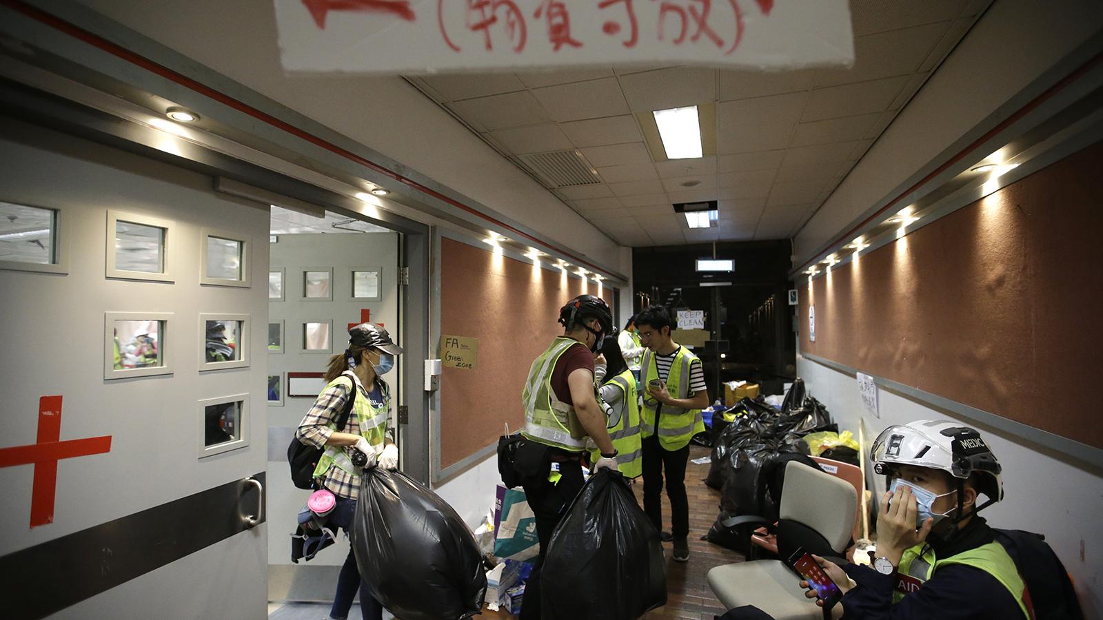 2019年11月19日,香港的医疗志愿者在香港理工大学内整理物品。(美联社)