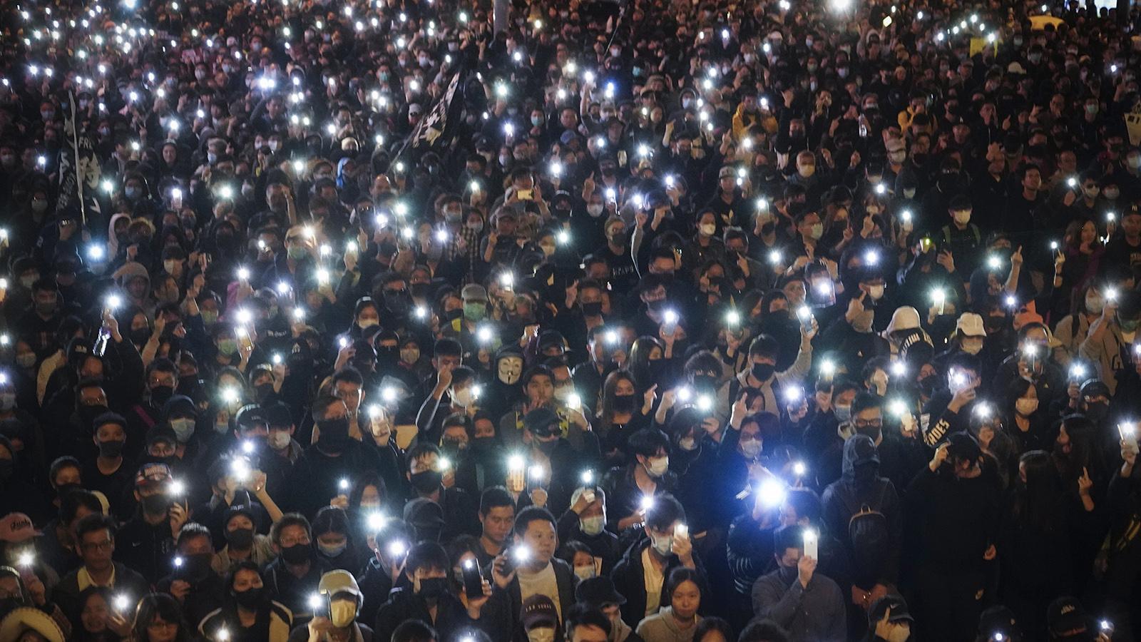 """香港反送中运动届满半年之际,12月8日,世界人权日前夕,有80万香港人走上街头,持续表达""""五大诉求、缺一不可""""的坚持。(美联社)"""