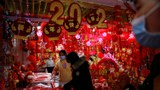 2021年1月27日,在中国农历春节前夕,人们在一个卖春节装饰品市场上。