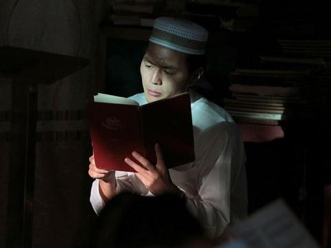 2019年8月12日,一名男子在云南省一清真寺参加宰牲节(Eid al-Adha)的晨祷。