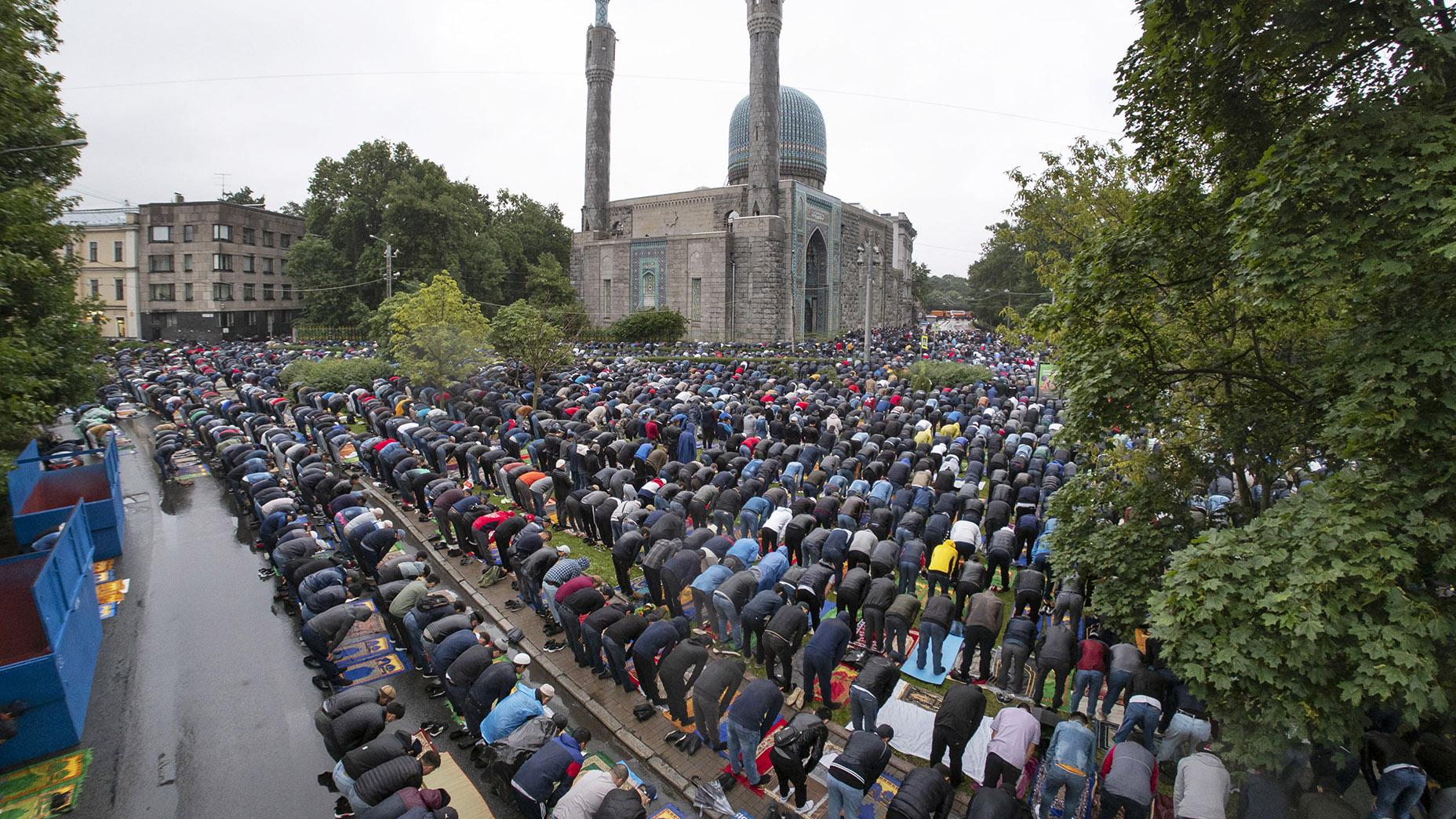 2020年7月30日俄罗斯圣彼得堡的穆斯林民众在宰牲节来临之前祷告。(美联社)