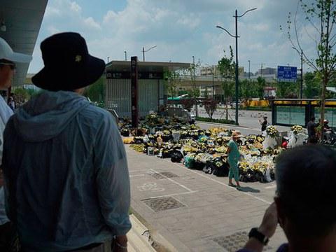2021 年 7 月 27 日,河南省郑州市一地铁站入口外摆放着鲜花悼念遇难者。