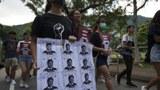 """2019年10月3日,香港抗议者手举写有""""寿终正寝""""字样的习近平画像游行到香港中文大学支持被逮捕的学生。(美联社)"""
