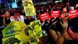 2019年6月26日晚,成千上万的香港市民穿着黑衣出席民间人权阵线(民阵)号召的反送中集会。(路透社)