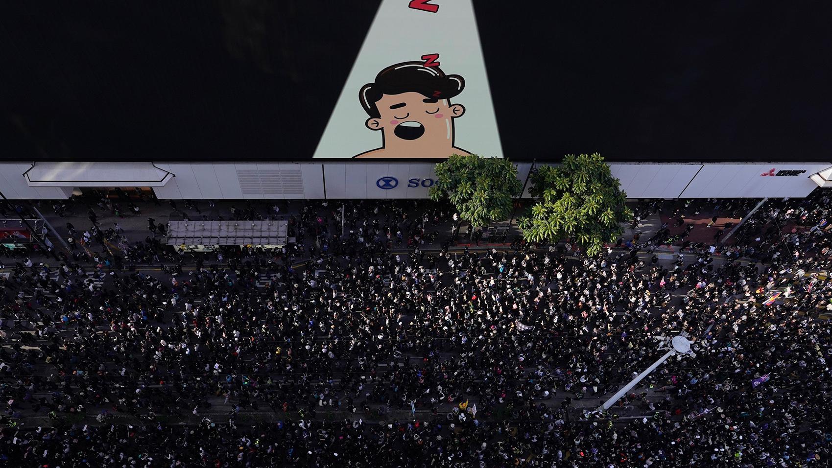 """香港反送中运动届满半年之际,2019年12月8日,世界人权日前夕,有80万香港人走上街头,持续表达""""五大诉求、缺一不可""""的坚持。(美联社)"""