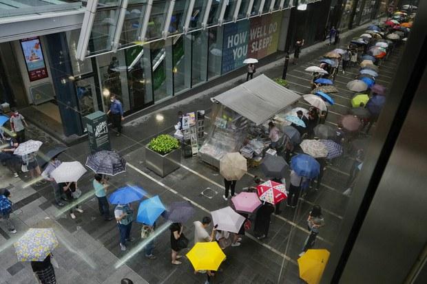 2021年6月24日香港民众排队购买最后一期《苹果日报》。