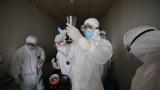 2020年3月18日,武汉的一家医院里工人在消毒。(法新社)
