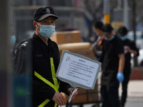 2021年3月25日,瑞典服装巨头H&M北京分店外,因与新疆棉在中国面临潜在的抵制,一名保安人员举着牌子告示,禁止未经允许擅自拍照。