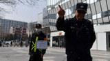 2021年3月25日,瑞典服装巨头H&M北京分店外,因与新疆棉在中国面临潜在的抵制,保安人员举着牌子告示,禁止未经允许擅自拍照。