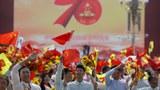 中华人民共和国国庆70周年庆祝活动上群众挥舞国旗。(美联社)