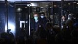 香港大规模逮捕民主人士。图为戴耀廷被保释后走出来。