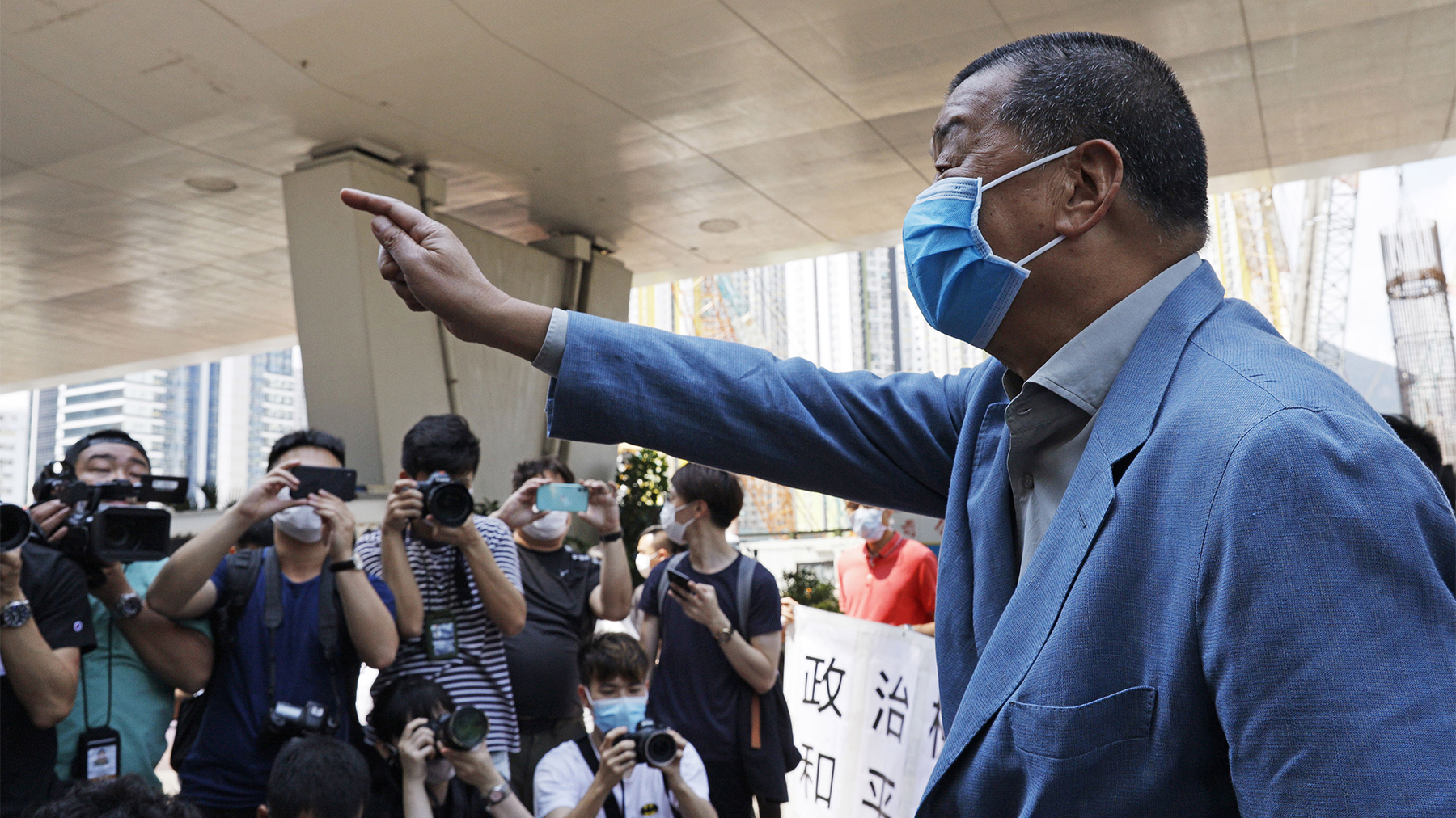 香港媒体大亨黎智英于2020年5月5日进入法庭之前向支持者挥手。(美联社)