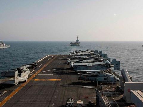 美国、日本、法国和澳大利亚,首次在东海进行联合演习。美军马金岛号直升机登陆平台舰(USS Makin Island),左方有美国皇家港号导弹巡洋舰、前方为法国戴高乐号航母、右方则是日本有明号驱逐舰(Ariake)。(美联社)