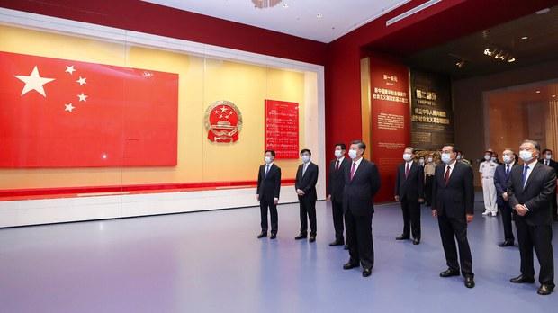 中國國家主席習近平帶領政治局常委參觀黨史展覽。