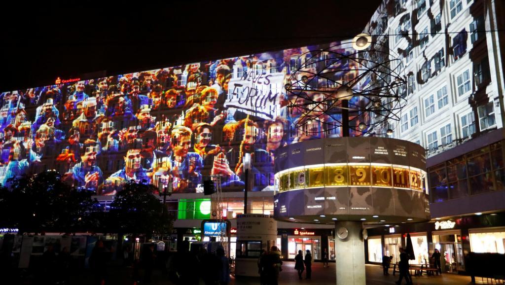 2019年11月3日,德国柏林亚历山大广场的3D视频投影仪彩排,纪念柏林墙倒塌的视频录像。( 路透社)