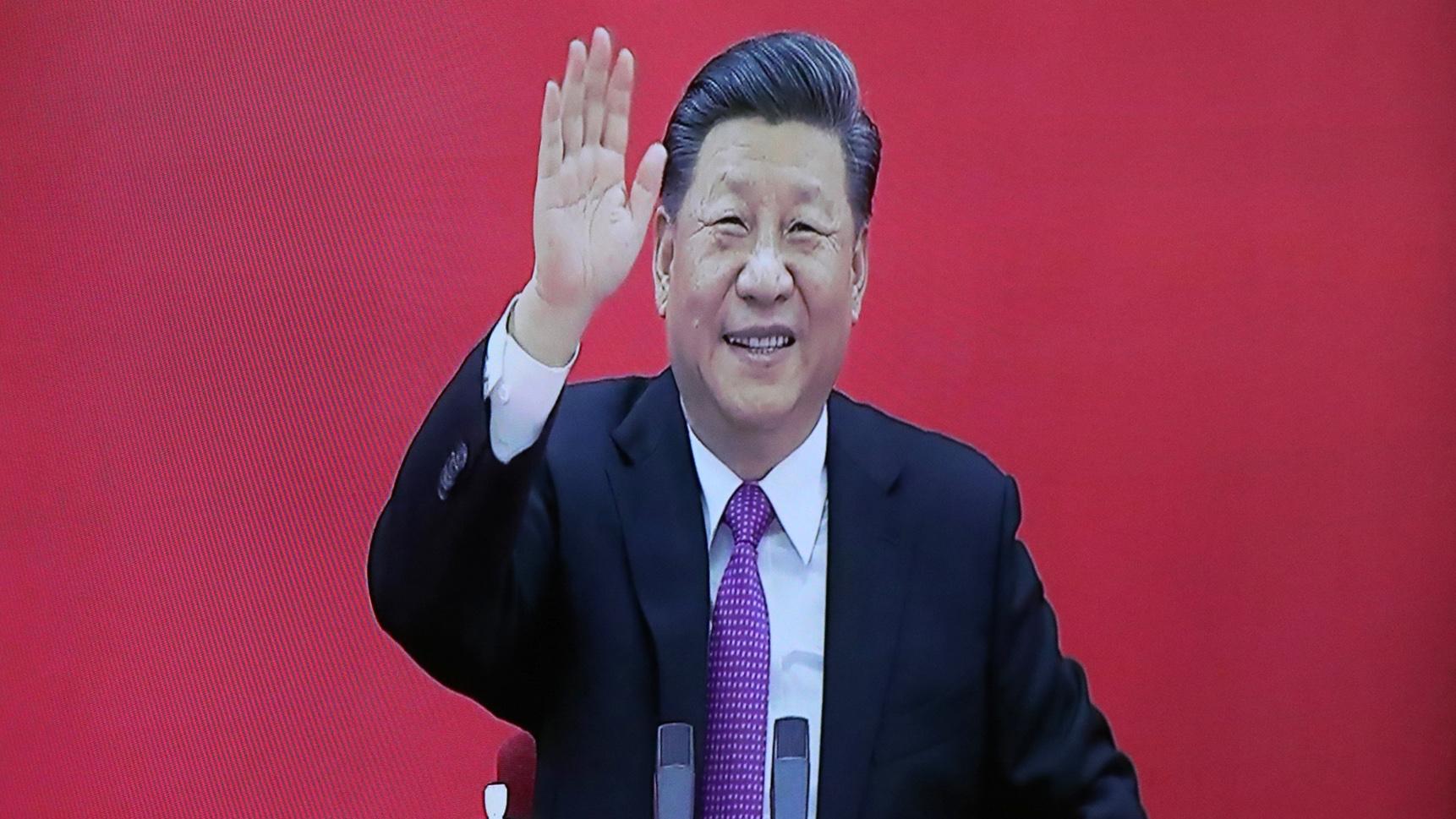 2019年12月2日,中国国家主席习近平出席一项活动时挥手。(资料图片/美联社)