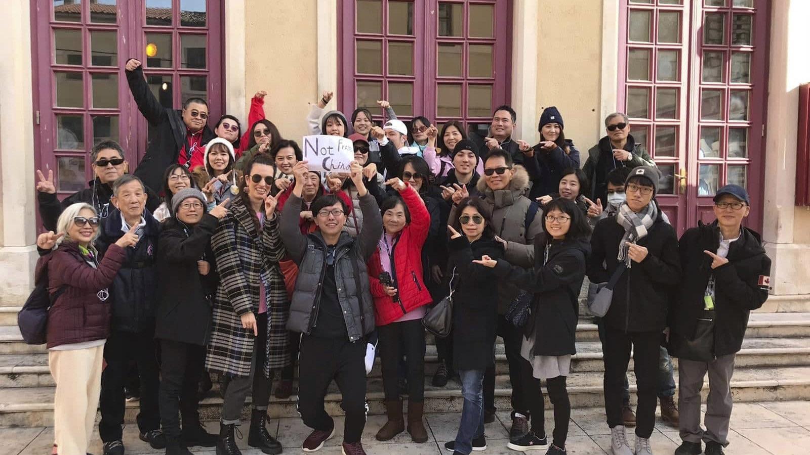 """武汉肺炎在全球造成恐慌,一个来自台湾的旅游团在克罗地亚打出标语""""我们不是来自中国""""。(美联社)"""