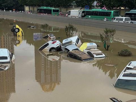 2021 年 7 月 21 日,河南省郑州市,汽车停在洪水中。