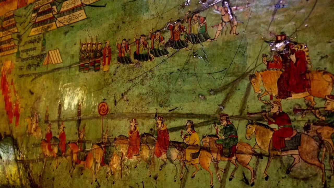 图为拉萨大昭寺日光殿,藏语发音甚穹,尊者达赖喇嘛在藏历新年或主持大法会时下榻处。如图所示,文革期间先后被造反派和中共军队所占,满墙往昔美丽的壁画被刀刃乱划,迄今留下道道创痕,成了杀劫历史的见证。(唯色拍摄)