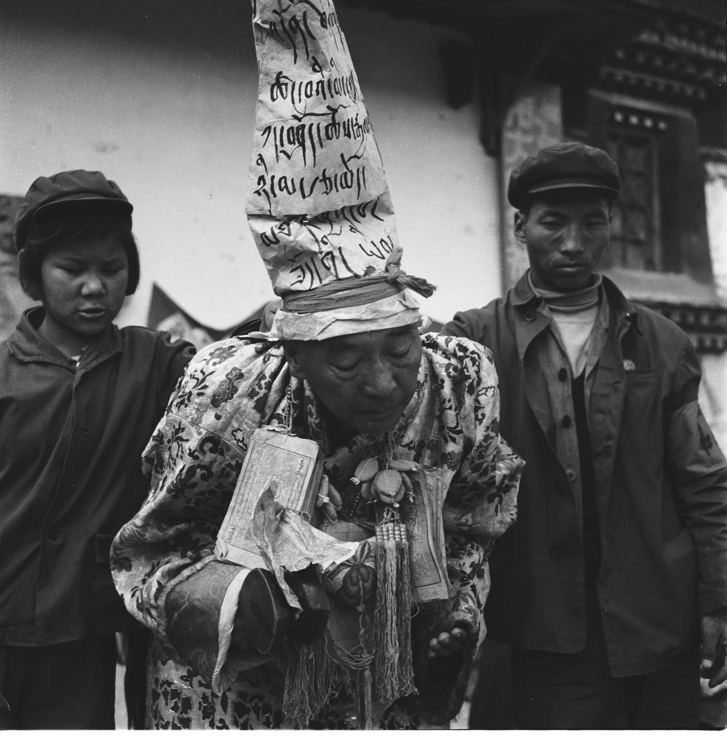 图为文革中被批斗的噶雪·曲吉尼玛。(唯色父亲摄影)