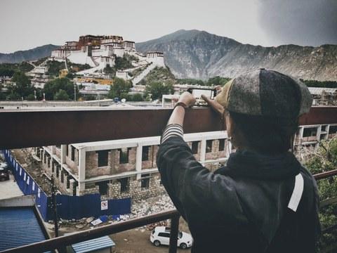 图说:我在拍摄尊者家族府邸尧西达孜被拆除后新盖于原址上的房子。