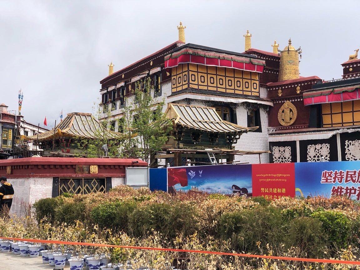 赫然出现在拉萨大昭寺前的两座中式碑亭破坏了大昭寺的传统风貌。(唯色提供)