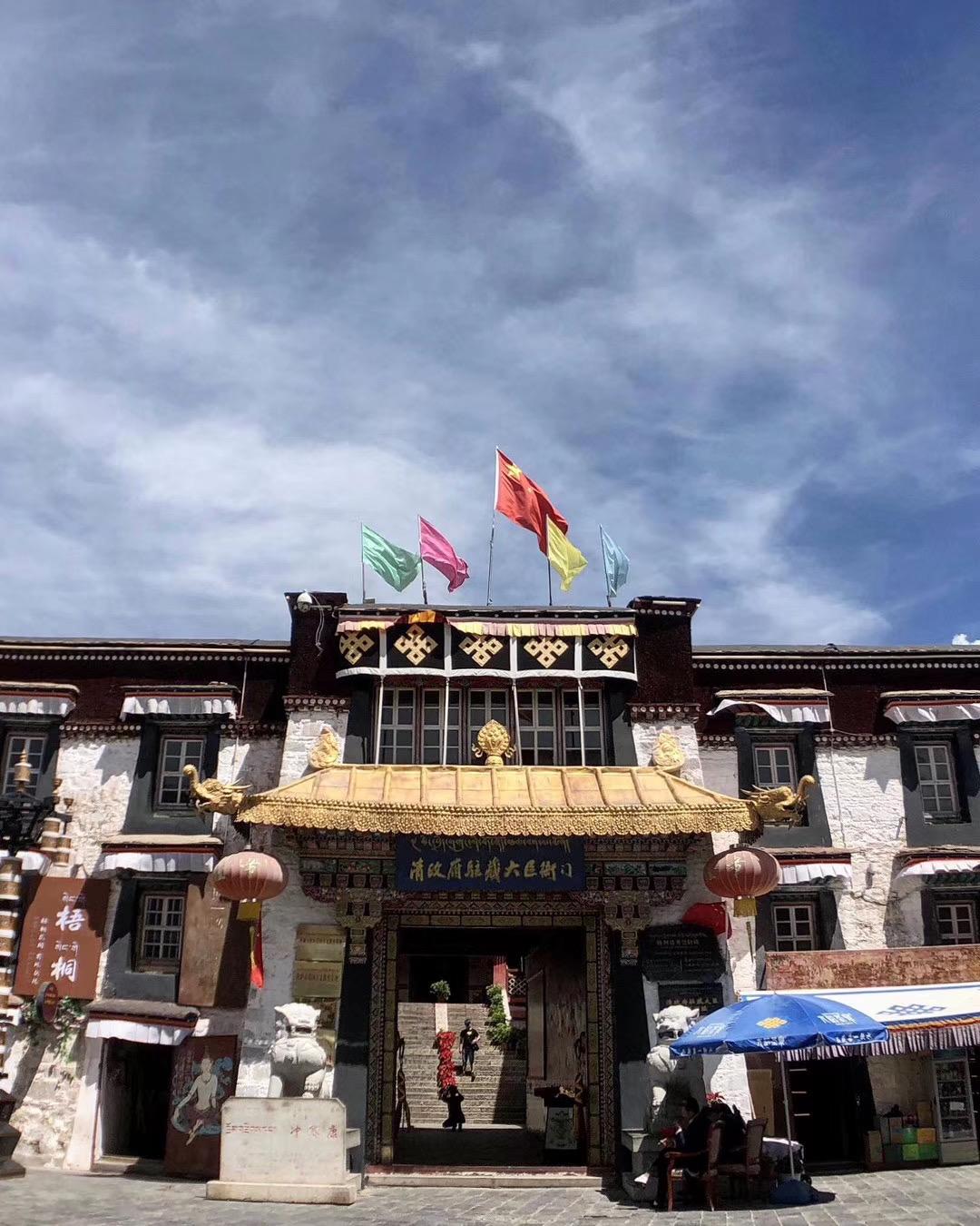 """帕廓转经道上的""""清政府驻藏大臣衙门""""于2013年建成。(唯色拍摄)"""