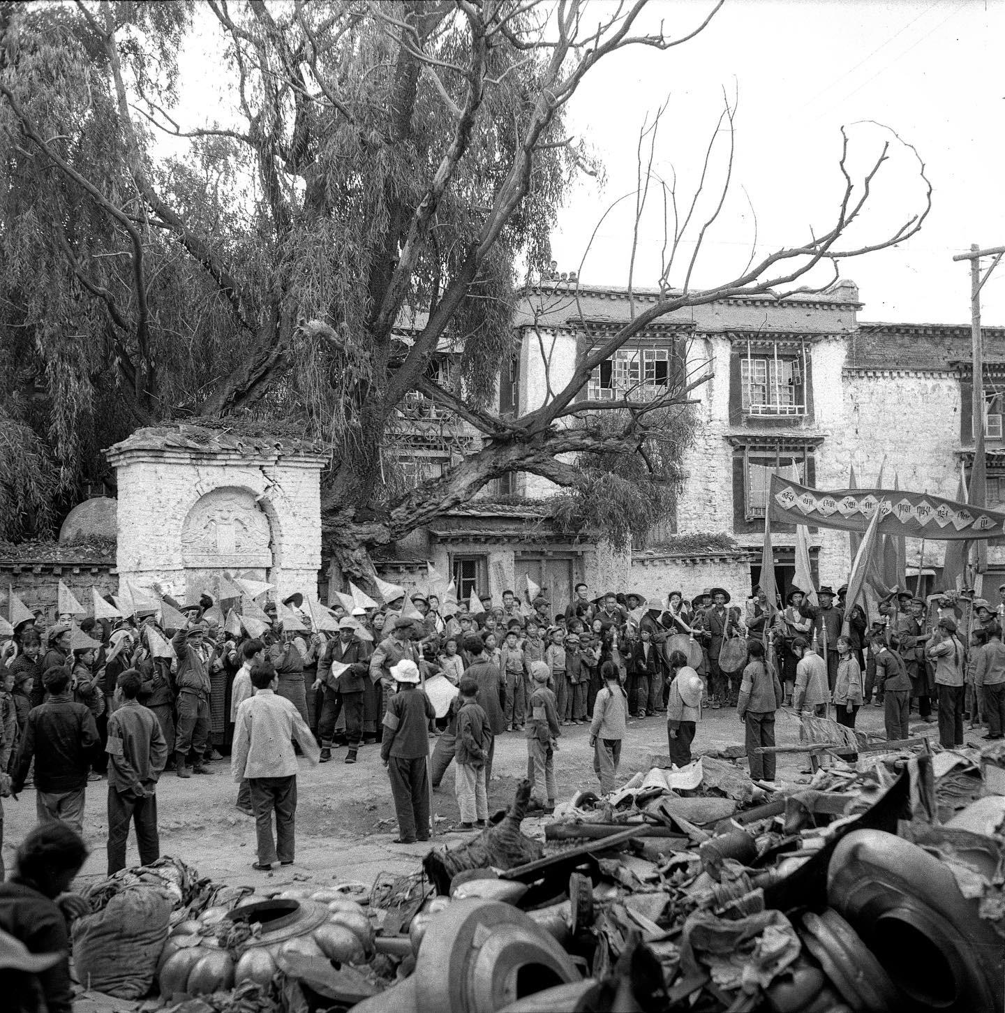 """大昭寺前,在文革""""破四旧""""时遭到破坏的场景。(唯色父亲拍摄)"""