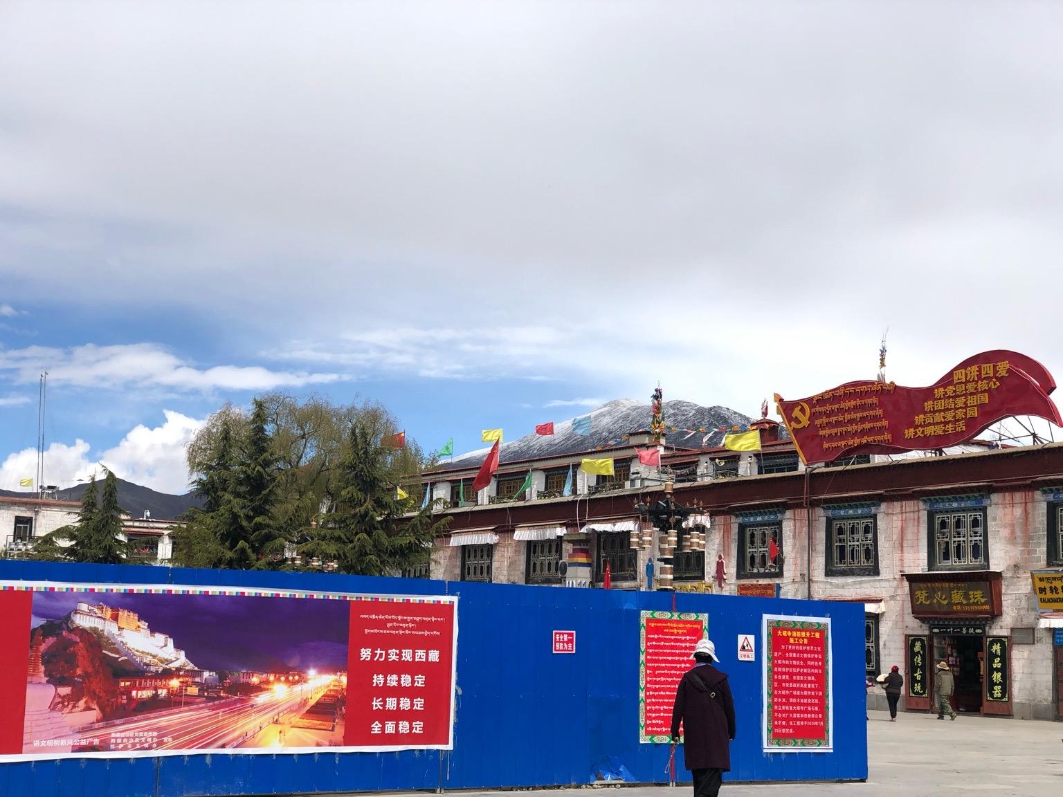 最近在大昭寺广场的藏式建筑上出现的仿文革语录牌。(唯色拍摄)