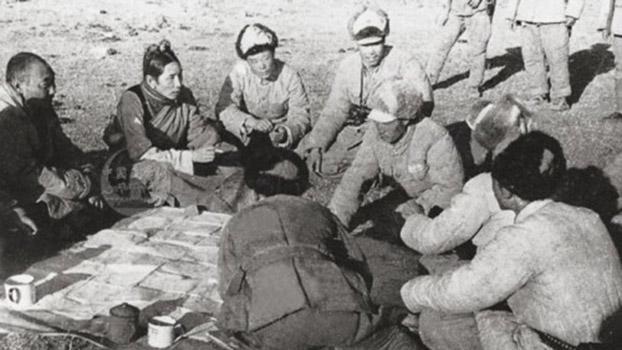 西藏政府昌都總管阿沛·阿旺晉美(左二)在朱古寺被俘。(Public Domain)