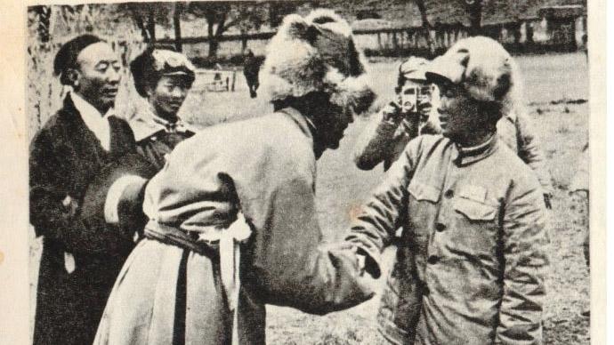 昌都戰役後,被俘的阿沛·阿旺晉美與解放軍先遣部隊18軍副政委王其梅。(Public Domain)