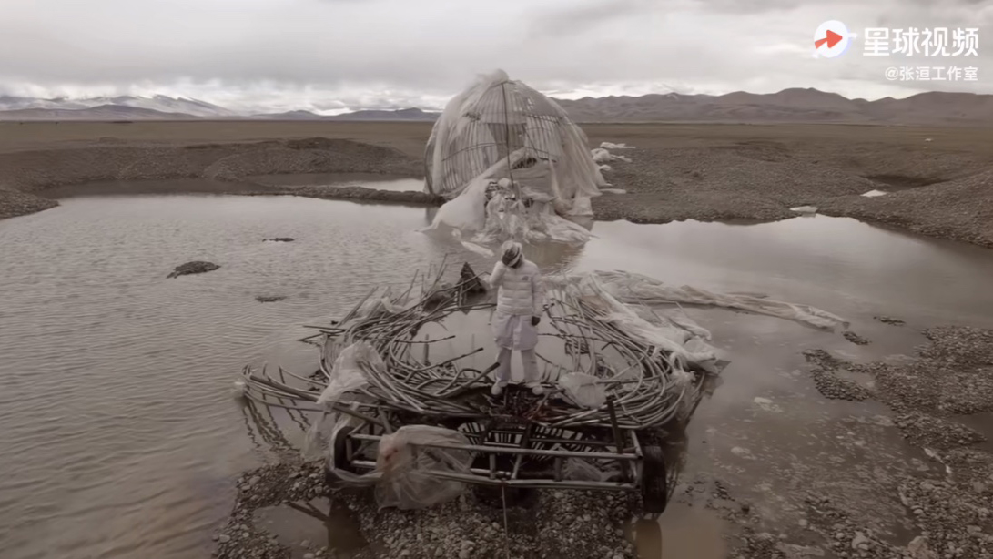 """張洹的""""諾亞方舟""""殘骸扔棄在岡仁波齊下的湖水中。(視頻截圖)"""