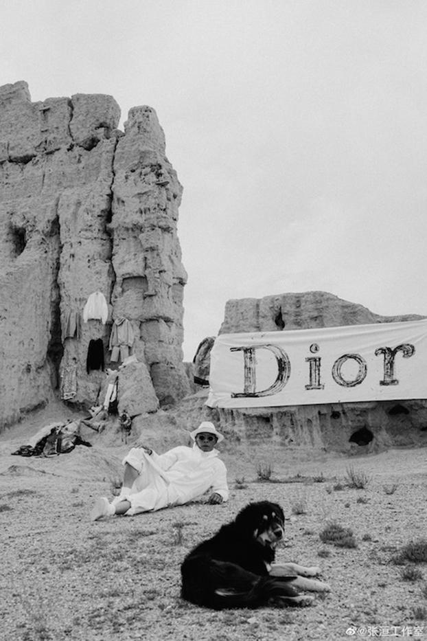 张洹将寺院废墟布置成Dior秀场。(Public Domain)