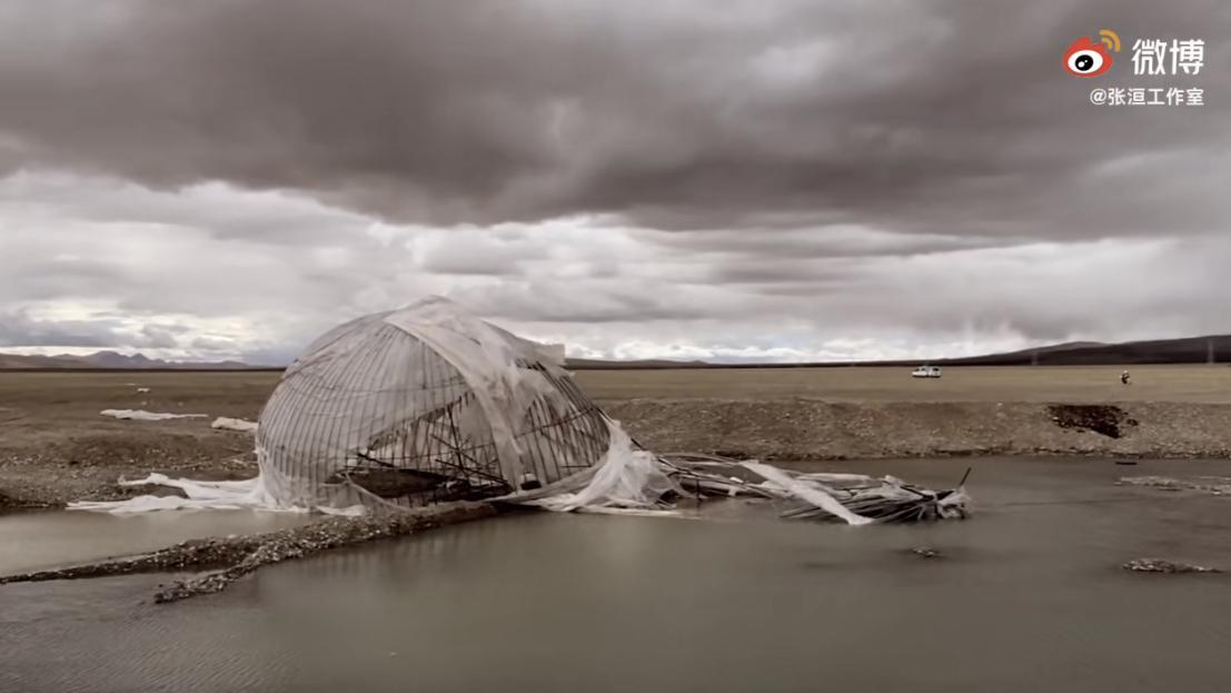 """张洹的""""诺亚方舟""""残骸扔弃在冈仁波齐下的湖水中。(网络视频截图)"""